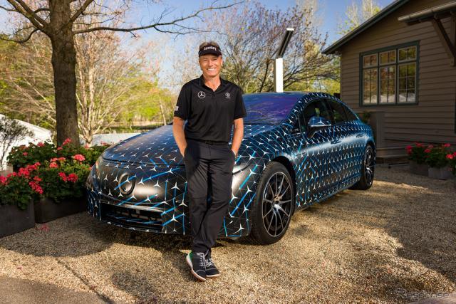 メルセデスベンツ EQS のプロトタイプとプロゴルファーのベルンハルト・ランガー選手《photo by Mercedes-Benz》