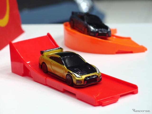 トミカハッピーセットのおもちゃ2車種《写真撮影 高木啓》