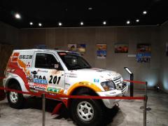 ダカールラリー展、三菱自動車本社ショールームで開催中…2002年優勝車など展示