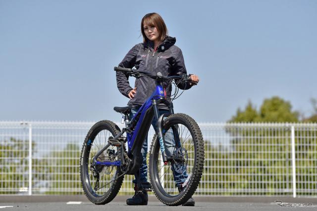ヤマハのスポーツ電動アシスト自転車『YPJ-MT Pro』に小鳥遊レイラさんがプチ試乗《写真撮影 中野英幸》