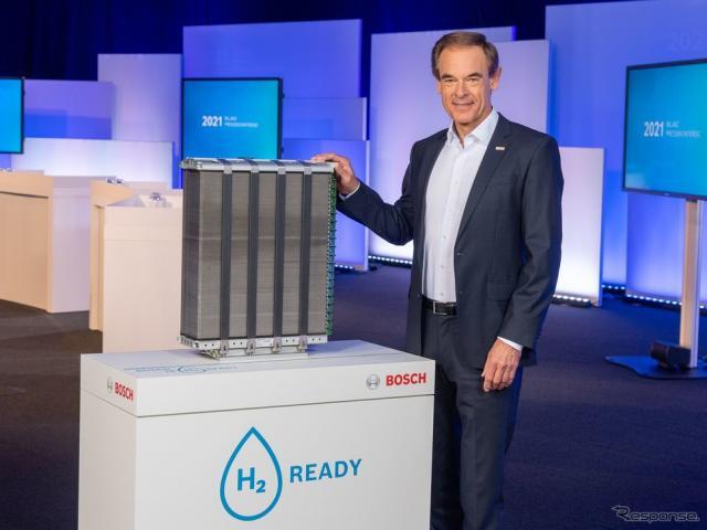 ボッシュの燃料電池システムと同社のフォルクマル・デナー会長《photo by Bosch》