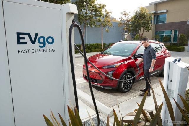 GMのシボレー・ボルト EUV と急速充電ステーション「EVgo」《photo by GM》