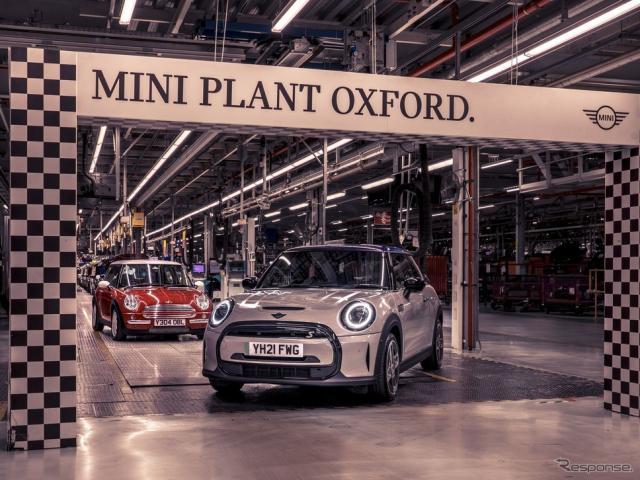MINI ハッチバック のEV「クーパーSE」と初代MINI。英国オックスフォード工場《photo by MINI》