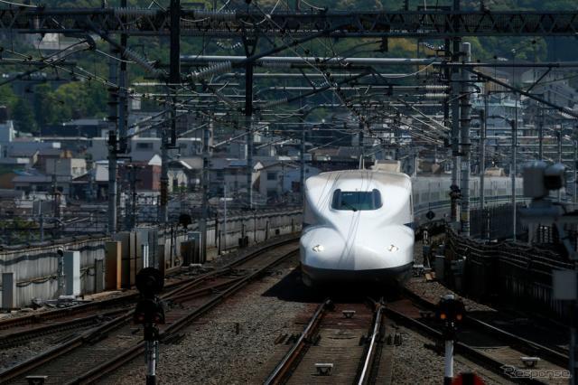 京都駅に侵入する新幹線(4月30日)《Photo by Buddhika Weerasinghe/Getty Images News/ゲッティイメージズ》