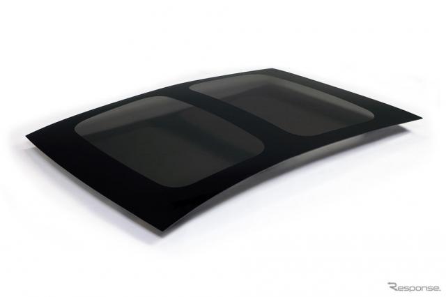 新工法で製造した樹脂ウインドウ(パノラマルーフ)《写真提供 豊田自動織機》