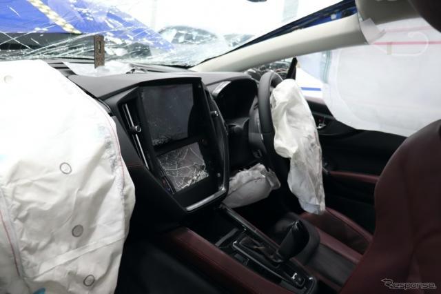 シートベルトをしていない後席乗員の頭がセンターコンソールを直撃。ナビ他が破壊されている。致命傷は不可避。《写真撮影 中尾真二》