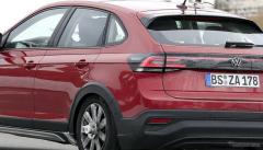 「カリスマ的デザイン」VWの新型コンパクトSUV『タイゴ』、レッドボディで出現!