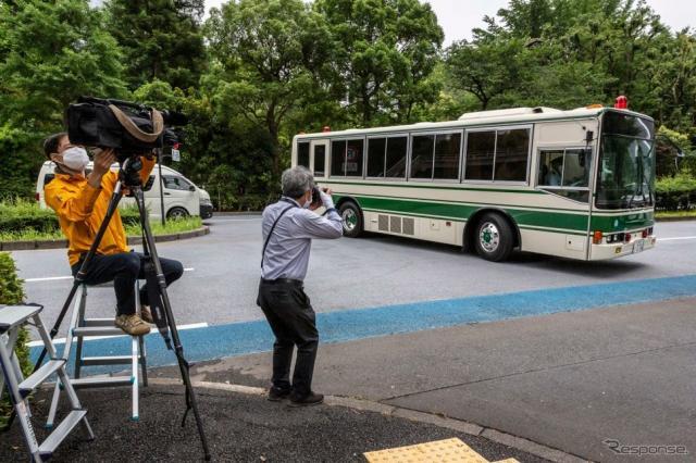 米親子を乗せたと思われる車両が東京地裁に到着(6月14日)《Photo by Yuichi Yamazaki/Getty Images News/ゲッティイメージズ》