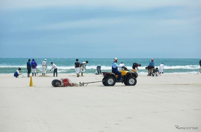 ホンダビーチクリーン活動の様子《写真提供 本田技研工業》