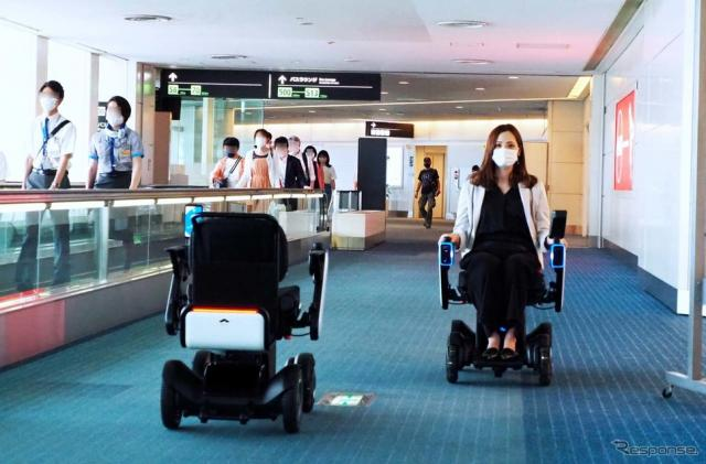 セキュリティエリア内の待機所〜搭乗口を自動走行する「WHILL」《写真撮影 会田肇》