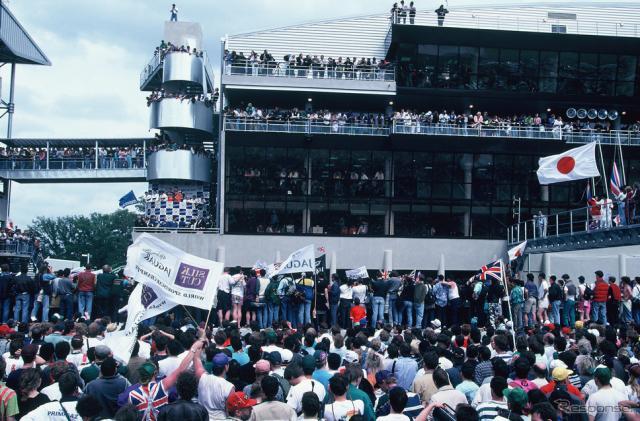 マツダの初優勝で歓喜に包まれた1991年のルマン。日の丸が誇らしげに存在を主張する。《写真提供 MAZDA》