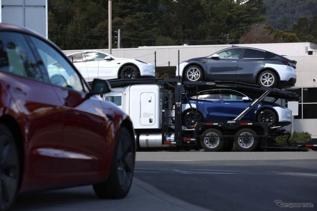 販売店に納車されるテスラ(米カリフォルニア)《Photo by Justin Sullivan/Getty Images News/ゲッティイメージズ》