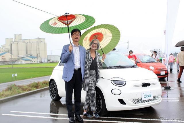 鈴木力燕市長(左)とFCAジャパンマーケティング本部長のティツィアナ・アランプレセ氏(右)《写真撮影  内田俊一》