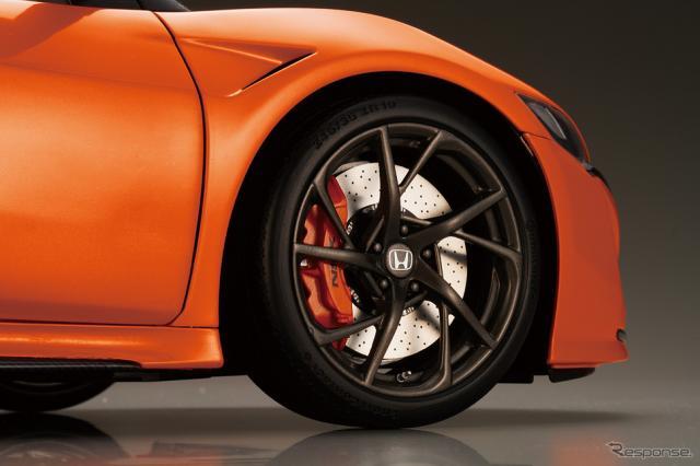 専用タイヤ「SportContact 6」、存在感のあるブレーキ、 足回りのディテールも忠実に再現《写真提供 デアゴスティーニ・ジャパン》