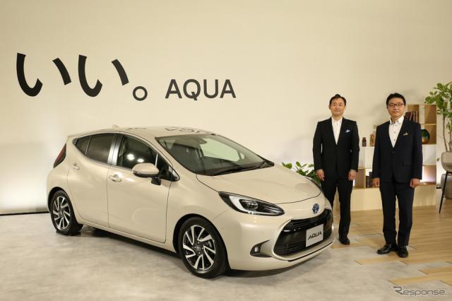 新型『アクア』とトヨタ自動車コンパクトカーカンパニーの新郷和晃プレジデント(左)、鈴木啓友チーフエンジニア《写真提供 トヨタ自動車》