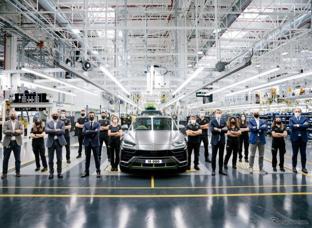 ランボルギーニのイタリア本社工場からラインオフした1万5000台目のウルス《Photo by Lamborghini》