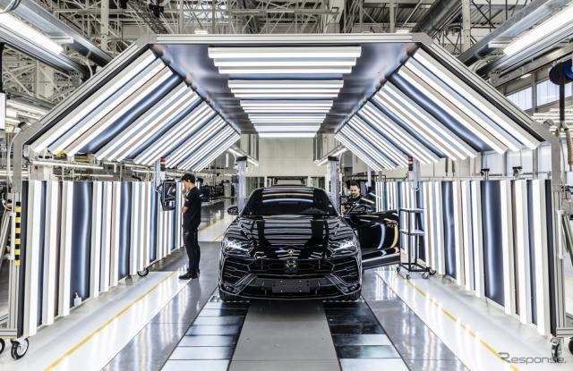 ランボルギーニのイタリア本社工場で組み立てられるウルス《Photo by Lamborghini》