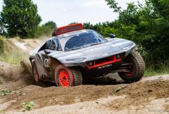 アウディ、2022年のダカールラリー挑戦車「RS Q e-tron」を発表…フォーミュラEやDTMの技術も活用