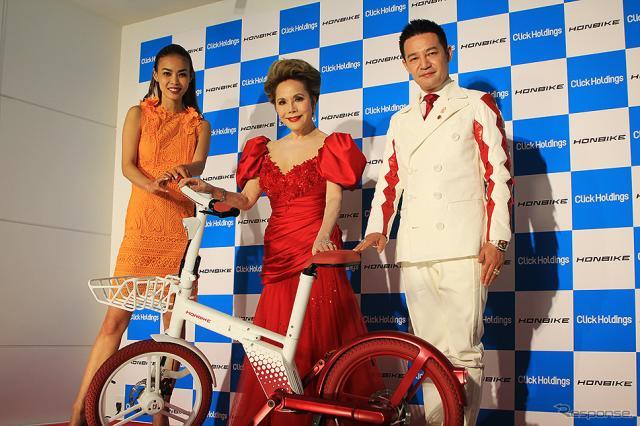HONBIKE 事業戦略発表 左からMiss Universe Japan NATIONAL DIRECTOR 美馬寛子、HONBIKE CMに出演するデヴィ夫人、Click Holdings 半沢龍之介 代表取締役社長《写真撮影 大野雅人》