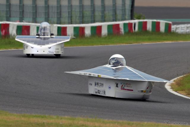 5時間レース総合3位のKAITソーラーカープロジェクト(手前)《写真撮影 竹内英士》