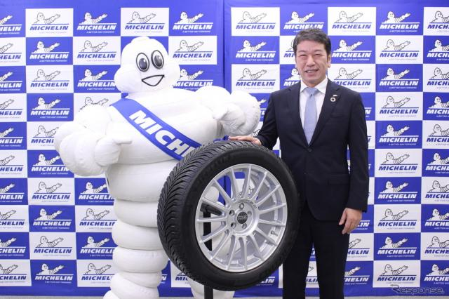 新製品の「クロスクライメート2」と須藤元社長《写真提供 日本ミシュランタイヤ提供》