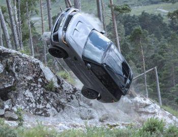レンジローバーとトヨタがチェイス…映画『007』最新作