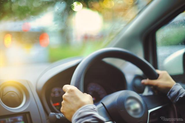 運転にも大切な「視野」。40代以上の20人に一人が有病者という緑内障は、早期発見が肝心だ(写真はイメージ)《写真AC》