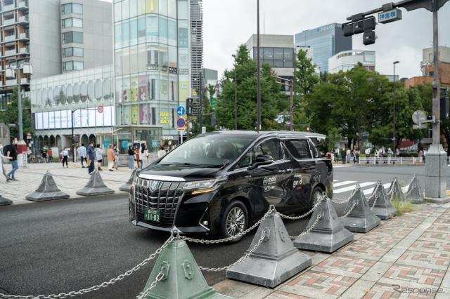 原宿駅に到着した『mobi』サービス車両《写真撮影 坂本貴史》