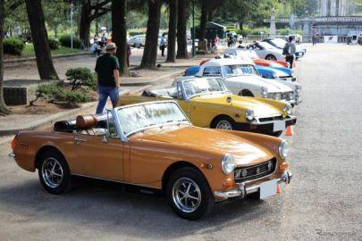 貴族の館の庭園のような公園とクラシックカーの競演