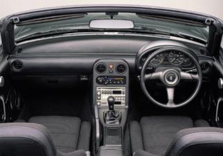 ユーノス ユーノスロードスター スペシャルパッケージ装着車 (1992年8月モデル)