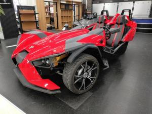 アメリカその他 ポラリス・スリングショットSL 革新的3ホイール・ロードスター 5速マニュアル 左ハンドル アルミホイール 6スピーカー バックカメラ オーディオコネクター 後輪駆動 公道、高速道走行可能 国内限定3台 2015年型