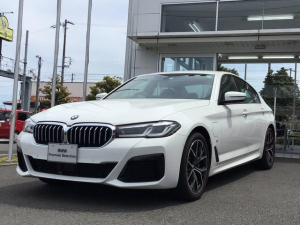 BMW 5シリーズ 530e Mスポーツ エディションジョイ+ 後期モデル 当社試乗車UP・黒革シート・シートエアコン・シートヒーター・電動シート・純正19インチアルミ・アクティブクルーズコントロール・全周囲カメラ・ヘッドアップディスプレ-・TV・ミラーETC