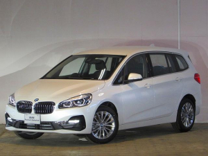 BMW 2シリーズ 218d xDriveグランツアラー ラグジュアリー 認定中古車 ワンオーナー 禁煙車 純正HDDナビ ヘッドアップディスプレイ ACC LEDヘッドライト 衝突軽減ブレーキ バックカメラ 障害物センサー 電動リアテールゲート コンフォートアクセス