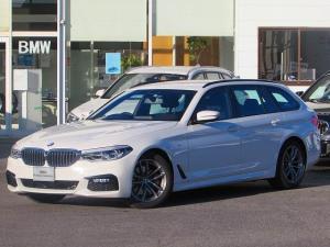 BMW 5シリーズ 523d xDriveツーリング Mスピリット 認定中古車  ワンオーナー 禁煙車 ヘッドアップディスプレイ アダプティブLEDヘッドライト ルームミラー内蔵ETC 電動リアテールゲート アラウンドビューカメラ PDC インテリジェントセーフティー