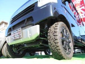 スズキ エブリイ ジョイン パートタイム4WD/15インチアルミ・マッドタイヤ・サスペンション・ラテラルロット/2インチアップ/UP用フロントバンパーとスキッドバンパー付き。セーフティサポート。