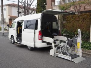 トヨタ ハイエースバン  福祉車両 リヤーリフト 車椅子2名乗車 車椅子電動固定 オートステップ付き 10人乗り Bタイプ ナビTVバックモニター付き