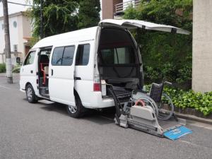 日産 キャラバンバス  福祉車輌 チェアキャブ リアリフト 車いす2基固定 10人乗り 車いす電動固定装置 電動ステップ 手すり 送迎 介護 車いす移動車 スライドドア