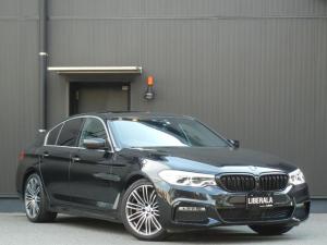 BMW 5シリーズ 523d Mスポーツ サンルーフ 黒革/ヒーター/Pシート ハイラインPKG インテリジェントS/LKA/BSM ナビ/TV/BT 全方位 PDC パークA コンフォートA Pトランク 純正19インチAW ETC LED