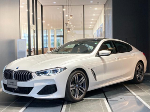 BMW 8シリーズ 840i グランクーペ Mスポーツ 弊社デモカー 禁煙車 サンルーフ ハーマンカードンスピーカー ヘッドアップディスプレイ トップビューカメラ ブラウンレザーシート シートクーラー 全席シートヒーター パーキングアシスト 後退アシスト