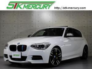 BMW 1シリーズ M135i 赤レザー・サンルーフ・純正ナビバックカメラ・Mパフォーマンスマフラー・ドラレコ・アイバッハダウンサス・18アルミ・シートヒーター・パドルシフト・Aストップ・社外キドニーグリル・USB・コンフォートA