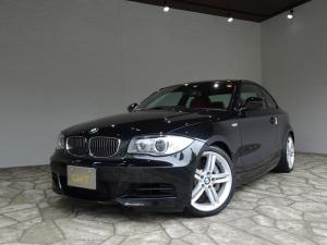 BMW 1シリーズ 135i 135i(4名) 禁煙車/記録簿/赤革シート/パドルシフト/ビッグキャリパー/6気筒ツインターボ/iDriveナビ/プッシュスタート/スペアキー/ETC/HID/シートヒーター/オートライト/