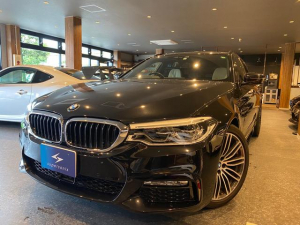 BMW 5シリーズ 523dツーリング Mスポーツ オプション:コンフォートパッケージ、ハイラインパッケージ、イノベーションパッケージ装着車。純正ナビ、地デジ、全方位、ホワイトレザーシート、フロントマッサージシート、シートヒーター、リモートパーキング