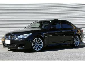 BMW M5 M5 ガラスサンルーフ エクステンテッドレザーメリノ 黒革シート アルカンターラルーフライナー 前後席シートヒーター 社外チューナー Bカメラ 19インチAW Mスポーツサスペンション iDriveナビ