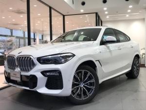 BMW X6 xDrive 35d Mスポーツ 弊社デモカー パノラマガラスサンルーフ 4ゾーンオートエアコン 保冷・保温機能付きカップホルダー ソフトクローズドア カーボンファイバーインテリアトリム クリスタルシフトノブ ACC 全周囲カメラ