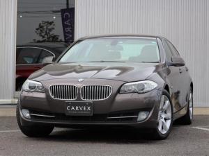 BMW 5シリーズ 550i 9月はBMWセール月間!期間限定価格にてご案内さしあげております コンフォートパッケージ ラグジュアリーシート ベンチレーション シートヒーターイージークローザー V8ツインターボ 407馬力