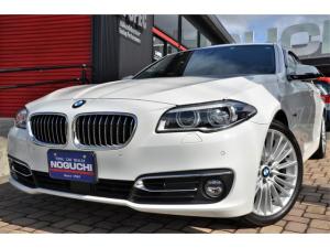 BMW 5シリーズ アクティブハイブリッド5 ラグジュアリー メーカー&デーラーオプション49万円以上付き!27年後期モデル!ガラスサンルーフ・黒革・10.2ワイドHDDナビ・OPへッドUPディスプレイ!純正19アルミ!ドラレコ・アダクティブクルコン・リアカメラ