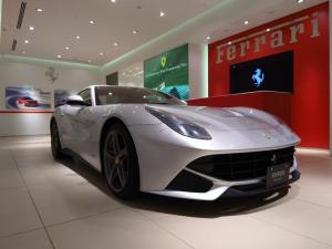 フェラーリ F12ベルリネッタ ベースグレード D車 フロントサスペンションリフター スクーデリアフェラーリシールド 20インチグリージョホイール リアカメラ スポーツシルカバー 内装レザーロッソカラー仕様 スペシャルカラーステッチ