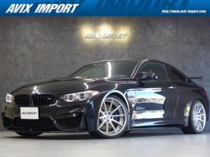 BMW M4 M4クーペ6MT赤革シートアクラポビッチマフラーKW車高調 3Dデザインカーボンリアウィング/シフトノブ・サイドブレーキカバー カーボンFリップスポイラー/Rデュフューザー Mパフォーマンスステアリング 衝突回避 LEDヘッドライト ヘッドアップディスプレイ