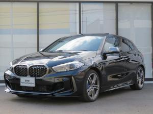 BMW 1シリーズ M135i xDrive LEDライト 18AW パノラマガラスSR PDC オートトランク 純正ナビ フルセグ アクティブクルーズコントロール ストップ&ゴー レーンチェンジ&ディパーチャーウォーニング 赤革 認定中古車