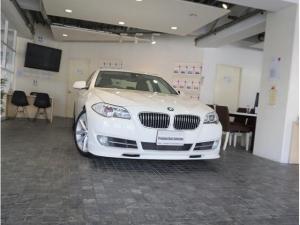 BMW 5シリーズ 528i1オナD記録7枚OP19AW黒革KW車高調前後PDC